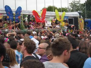 Foto von der Street Parade 2010 in Zürich mit einem Lovemobile und Menschenmassen